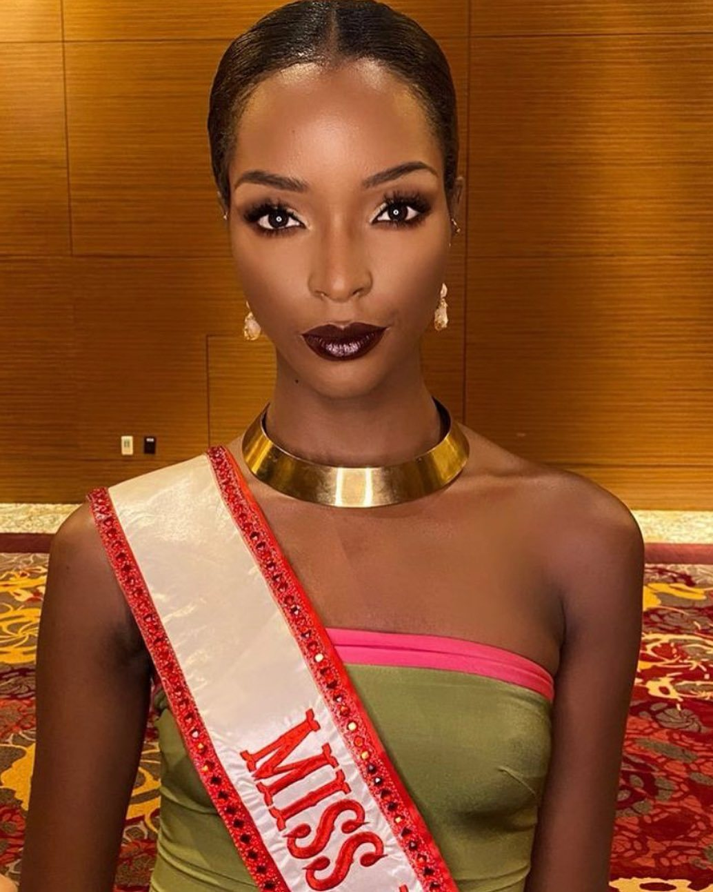 DAPHNE - Miss Universe 2021: The class is the face