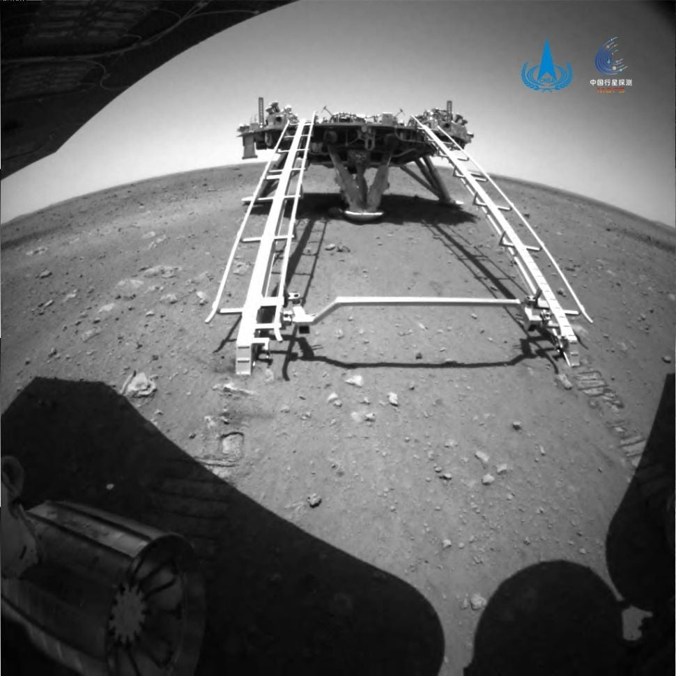 Zhurong Rover moves to the surface of Mars for the first time